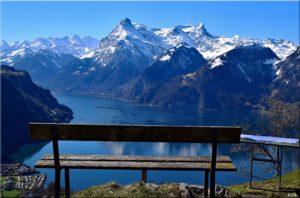 Malerische Aussichten von Schweizer Sitzbänken - Blick ins Urnerland